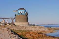 Vecchia stazione di pompaggio dell'acqua sul fiume Volga a Volgograd fotografie stock libere da diritti