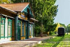 Vecchia stazione ferroviaria d'annata con il treno in Polonia, Bialowieza, immagini stock libere da diritti