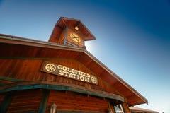 Vecchia stazione ferroviaria di legno occidentale nella città fantasma della miniera d'oro di zona aurifera fotografia stock libera da diritti