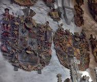 Vecchia stemma medievale della famiglia che appende sulla parete Immagini Stock