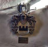 Vecchia stemma medievale della famiglia che appende sulla parete Fotografia Stock Libera da Diritti