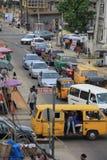 Vecchia strada di grande traffico di Yaba a Lagos fotografia stock