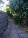 Vecchia strada e parete di pietra fotografia stock