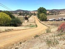 Vecchia strada non asfaltata a secco nel villaggio Fotografia Stock Libera da Diritti