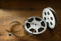 Vecchia striscia di pellicola su fondo di legno Vista superiore fotografie stock libere da diritti