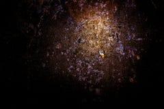 Vecchia struttura approssimativa arrugginita spaventosa scura della superficie di metallo/fondo dorato e di rame per Halloween o  Fotografie Stock