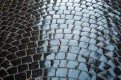 Vecchia struttura approssimativa della pavimentazione bagnata delle pietre Fotografia Stock