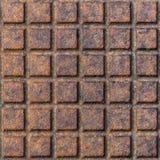 Vecchia struttura arrugginita della covata della cima della copertura dello scolo della fogna della via del metallo immagini stock