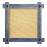 Vecchia struttura blu di legno con i chiodi nella forma del sole contro un fondo bianco con lo spazio sabbioso della copia nel ce Immagine Stock