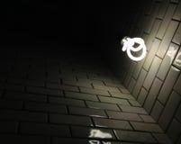 Vecchia struttura ceramica bianca della parete con un indicatore luminoso scuro dalla lampadina Fotografia Stock