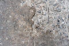 Vecchia struttura concreta fendentesi del pavimento della strada che può vedere l'interno di pietra dalla parte di sinistra Perfe fotografie stock libere da diritti