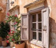 Vecchia struttura della finestra con i ciechi di legno fotografia stock libera da diritti