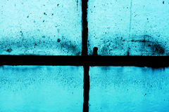 Vecchia struttura della finestra del telaio contro il blu Immagini Stock