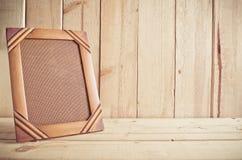 Vecchia struttura della foto sulla tavola di legno sopra fondo di legno immagini stock libere da diritti