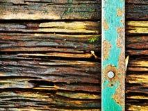 Vecchia struttura di legno con la barra d'acciaio arrugginita fotografia stock