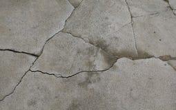Vecchia struttura grigia del cemento con le crepe Immagini Stock Libere da Diritti