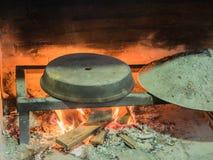 Vecchia stufa di pietra tradizionale del forno del pane con fuoco di legno bruciante e le fiamme rosse dentro Fotografia Stock