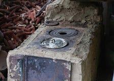 Vecchia stufa rurale dell'argilla del cortile, cucina di estate fotografia stock