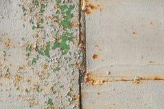 Vecchia superficie della lamina di metallo coperta di vecchio fondo di struttura della pittura Immagini Stock
