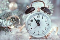Vecchia sveglia che mostra cinque alla mezzanotte Nuovo anno felice! Immagine Stock Libera da Diritti
