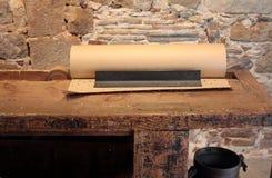 Vecchia taglierina di carta sulla tabella di legno Immagini Stock Libere da Diritti