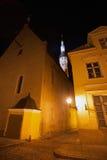 Vecchia Tallinn, Estonia Via scura alla notte Fotografia Stock