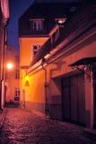 Vecchia Tallinn, Estonia Via scura alla notte Immagini Stock