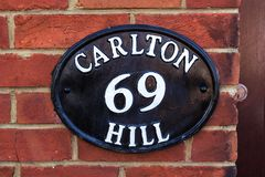 Vecchia targa di immatricolazione metallica, Brighton, Regno Unito fotografia stock