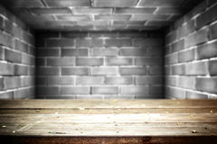 Vecchia tavola con il fondo di pietra bianco del mattone Fotografie Stock