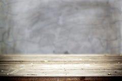 Vecchia tavola con il muro di cemento sporco Immagini Stock Libere da Diritti