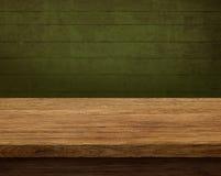 Vecchia tavola di legno con fondo scuro Immagine Stock