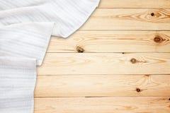 Vecchia tavola di legno d'annata con la tovaglia bianca Modello di vista superiore fotografia stock libera da diritti