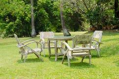 Vecchia tavola di legno nel giardino Fotografia Stock Libera da Diritti