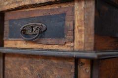 Vecchia tavola di legno nociva con i cassetti fotografia stock