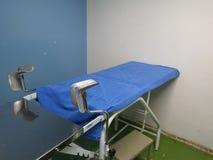 Vecchia tavola ginecologica dell'esame medico fotografia stock libera da diritti