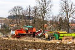 Vecchia tecnologia di agricoltura dell'azienda agricola, macchine del metallo e veicoli Vicino alla terra della campagna e del ca Fotografia Stock Libera da Diritti