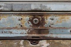 Vecchia tenuta d'acciaio di chiave e della porta Fotografia Stock Libera da Diritti