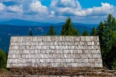 Vecchia tettoia abbandonata sul livello nelle montagne fotografia stock libera da diritti