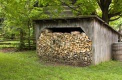 Vecchia tettoia con legna da ardere Fotografia Stock