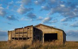 Vecchia tettoia del blocchetto dell'azienda agricola Fotografia Stock Libera da Diritti