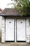 Vecchia toilette dell'iarda rustica bianca Fotografia Stock