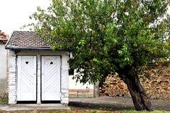 Vecchia toilette dell'iarda rustica bianca Fotografia Stock Libera da Diritti
