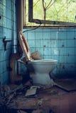 Vecchia toilette rotta Fotografia Stock Libera da Diritti