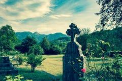 Vecchia tomba in cimitero Pietra trasversale ortodossa della tomba in cimitero, Europa Immagini Stock Libere da Diritti