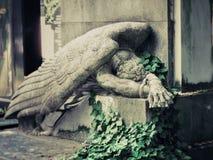 Vecchia tomba con l'angelo fotografia stock libera da diritti