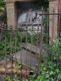 Vecchia tomba rotta fotografia stock