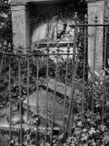 Vecchia tomba rotta immagine stock
