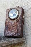 Vecchia, torcia elettrica militare arrugginita della tasca con il commutatore conservato fotografie stock libere da diritti