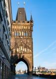 Vecchia torre ad un'estremità del ponte di Charles - Praga fotografia stock libera da diritti