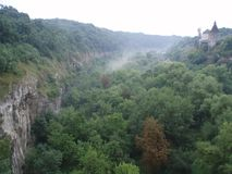 Vecchia torre del castello nella foresta vicino alla gola fotografia stock